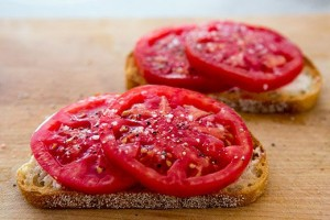 Desayuno saludable - Pan con rodajas de tomate