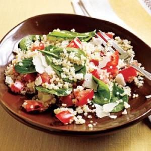 Quinoa con ajos asados, tomate y espinacas