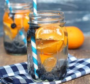 Refresco de naranjas con arándanos