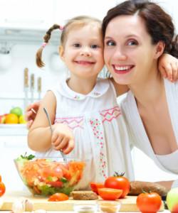 Los niños aprenden a comer con el ejemplo de sus padres